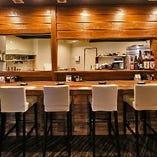 カウンターでお料理の様子も眺めながらの一杯はいかがですか?