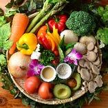 朝露滴る♪新鮮な地元三重県産を中心とした国産野菜が毎朝届く