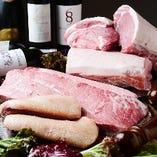 塊肉で仕入れる黒毛和牛を使った炙り焼きや豪快な肉盛りが人気!
