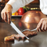 熟練した腕前のシェフが お客様の目の前で調理します