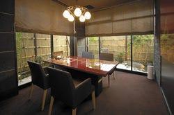 接待や会食に便利な内装の個室完備