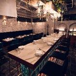 アイランド型ハイテーブルは中人数の会食に人気
