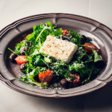 ギリシャのフェタチーズと醤油漬けオリーブのサラダ