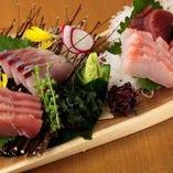 おいしさの時期と産地を見極めた鮪と、季節のおすすめの鮮魚を盛り合わせた『刺盛り 光(5種)』
