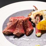 メインのステーキは近江野菜と共に炭火焼で
