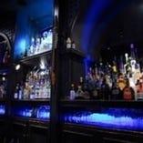 約300種類以上のお酒がズラリと並ぶ、青く光輝くボトル棚♪