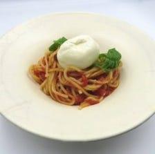 とろけるブラータチーズのトマトソース