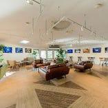 白い壁と木の質感が見事に調和する「Portfolio Floor」