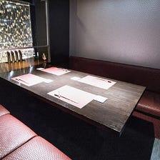 広々とした個室、カウンター席