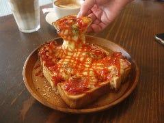 こんがりチーズの「ビザトースト」