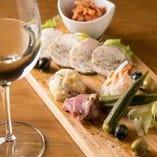 ワインに合う彩り逸品料理も多数ご用意しています!!