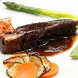 バルサミコ酢でコトコト煮込んだ豚バラ肉は、味わい深い一品!