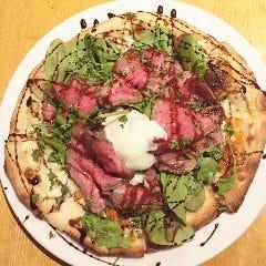 自家製ローストビーフがドーンと100g乗った贅沢ピザ