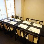 襖で仕切られたくつろぎの和個室です。