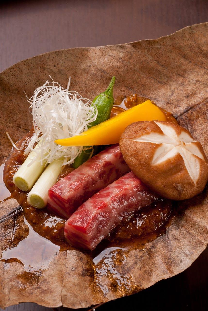 黒毛和牛は上質なもも肉。味噌は飛騨高山の朴葉味噌1280円(税抜)