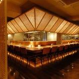 エキサイティングなオープンキッチンの雰囲気溢れるカウンター席