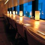 新宿の喧騒を眼下に眺めることができる、落ち着いた窓際のお席