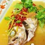 鮮魚の包辣椒と塩漬檸檬の蒸しもの