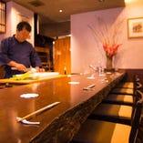 料理長の匠技が間近で見られると人気のカウンター席。