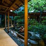 季節の移ろいを感じられる中庭の景色を、お部屋から眺められます
