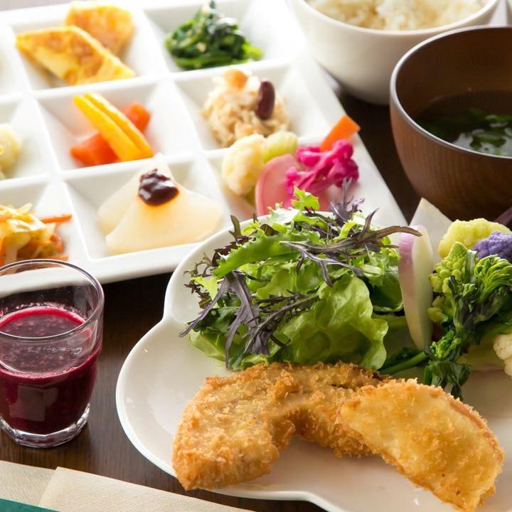 色鮮やかな野菜が並ぶベジプレートは当店の看板メニュー!