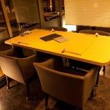 窓側半個室テーブル席。一面ガラス張り、背もたれと肘掛付のリラックスシートでロケーションは抜群です。個室とはまた違った「隠れ部屋」として人気のゲストシートです。