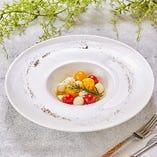 モッツアレラチーズとフレッシュトマトの香草カプレーゼ