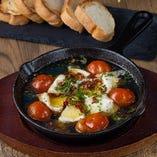 トマトとカマンベールチーズのアヒージョ