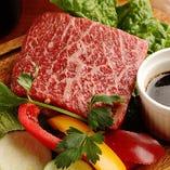 焼き肉としてだけではなく、量り売りや一枚ステーキとしてご注文も可能「熟成ハラミ」