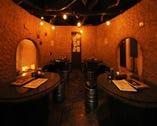 洞窟風のテーブル席。20人まで個室としても使える人気の席!