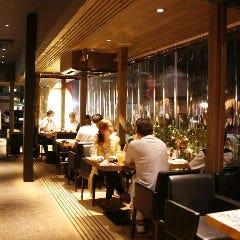 開放的な空間で料理とお酒を愉しめる人気席。