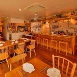アットホームな明るい雰囲気のワイン食堂 ~テーブル席~