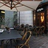 開放的空間で楽しめるテラスや木の温もり溢れるレストラン空間