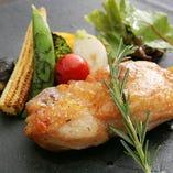 「地鶏のコンフィ」地鶏のコクと旬菜がワインの味を引き立てます