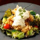 「地鶏肩ロースのタルタル南蛮」自家製のタルタルソースでたっぷりの旬菜と共にお召し上がりください