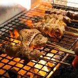 紀州備長炭で香ばしく焼く銘柄鶏。シンプルに自家製山椒塩で