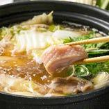 「水炊き」高級地鶏「大和肉鶏」を使用し自家製の特製ポン酢と胡麻だれでお召し上がりいただきます
