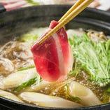 「鴨鍋」秘伝の出しに鴨肉の脂の醸し出すコクと甘みをご堪能ください