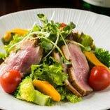「鴨ロースのサラダ」しっとり蒸し煮に仕上げた鴨ロース肉を季節野菜と合わせました