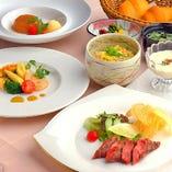 ランチはメインにお肉料理とお魚料理をご用意しております。