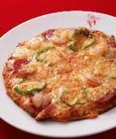 海老・サラミ・野菜をトッピングした特製ミックスピザ