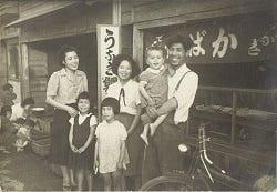 昭和22年6月創業当時の写真。 蒲焼の店頭販売の様子。