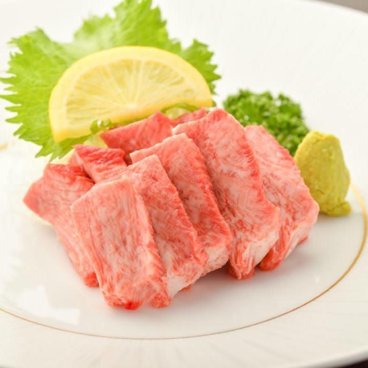 新鮮牛タンならではの濃厚な旨味あるタン刺しは売切れ御免