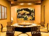 【鳳凰の間】円卓を囲むお座敷で、暖かな食事の宴を演出。