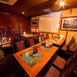 リゾート気分を存分に楽しめるお洒落なテーブル席は最大32名様までご利用いただけます。