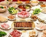 【羊肉串焼き】 この串を目当てにご来店されるほど当店を代表する名物料理「羊肉串焼」。クミンをメインに、15種類のスパイスがきいた東北地方の郷土料理。じゅわっと溢れるスパイシーな香りとラムの独特の旨味。1本からご注文できるので気軽に愉しめるのも魅力。