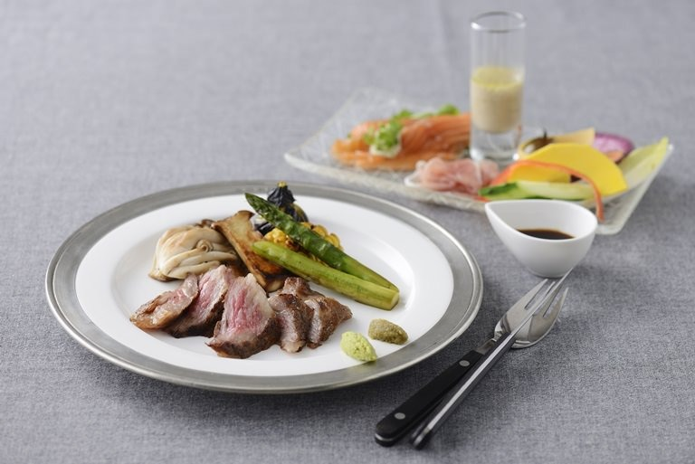 ステーキランチ+フェアトレードハーブティー+サラダ+スープ+ワンドリンク+デザート2種盛り合わせ付き♪