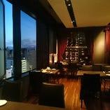 夜景の望める、レストランフロアは、記念日やデート利用、接待にも人気です。