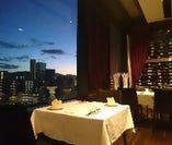 大切な記念日は、夜景ga望めるレストラン席で。