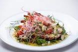 名物 活きオマール海老のサラダはお試しいただきたい一品!